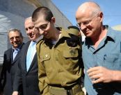 Defense Minister Ehud Barak, Prime Minister Benjamin Netanyahu, IDF Soldier Gilad Shalit and his father, Noam Shalit, after landing at Tel Nof Air Base,