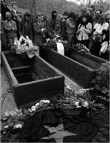 Burial of the RAFMembers Andreas Baader, Gudrun Ensslin and Jan-Carl Raspe in a common grave at the Stuttgart Dornhaldestrasse cemetery., Masked at the grave; Motiv: 6 von 12; Foto: Abishag Tüllmann, Stuttgart, 27.10.1977; Publication must show the following: Picture Archive of Prussian Cultural Heritage - Abisag Tüllmann Archives