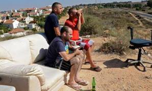 Someone get a shisha for the boys to make the atmosphere cooler.. Sederot Cinema. Israelis sit on a hill to watch air strikes on #Gaza, writes Abu Yazan facebook user